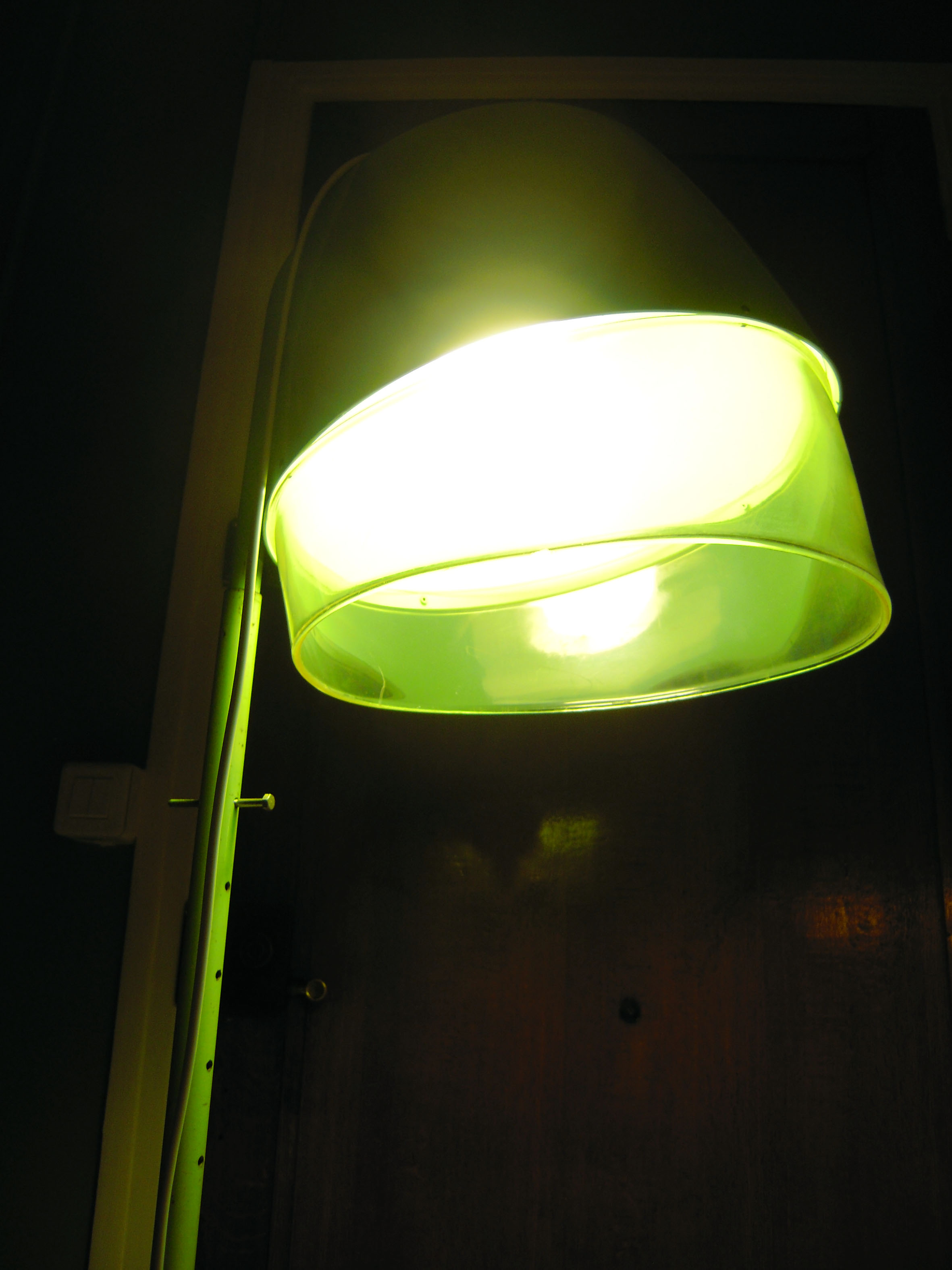 ancien casque s che cheveux lampe pied transformation objet salon halog ne luminaire adopte. Black Bedroom Furniture Sets. Home Design Ideas
