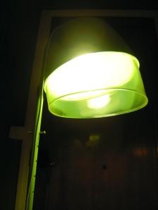 ancien-casque-sèche-cheveux-lampe-pied-transformation-objet-salon-halogène-luminaire-