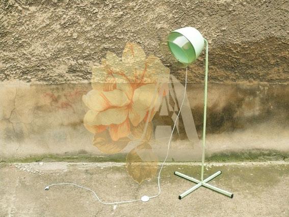 ancien-casque-sèche-cheveux-lampe-pied-transformation-objet-salon-halogène-luminaire