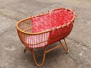 berceau-couffin-vintage-rotin-liberty-rose-bébé-adopte-un-meuble