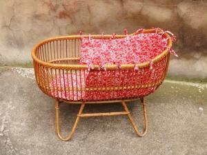 berceau-couffin-vintage-rotin-liberty-rose-bébé