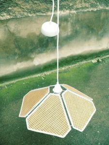 Suspension-lampe-abat-jour-rotin-tressage-cannage-fleurs-chambre