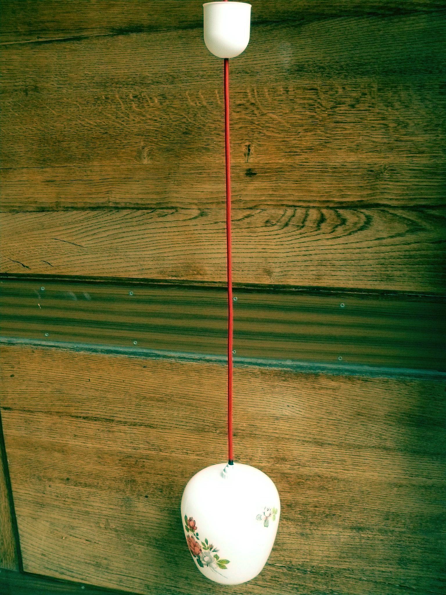 Suspension Cuisine Retro : Suspension opaline rétro adopte un meuble