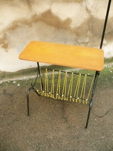 lampe-tablette-porte-revues-scoubidous-jaunes-abat-jour-gris-vintage-50-60-lampadaire