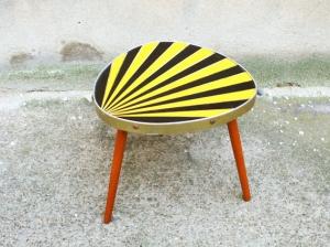 romaric-petite-table-vintage-années-50-50's-tripode-vert-jaune-noir-porte-pots-soleil