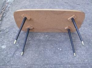 table-basse-noire-verre-motif-années-60-or-salon-vintage-formica-pieds