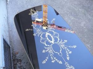 table-basse-noire-verre-motif-années-60-or-salon-