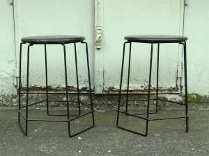tabourets-70-design-tubulaire-métal-noir-cuir
