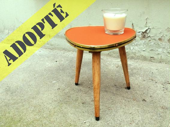 petite-table-tripode-orange-bois-or-pieds-bois-vintage-cerclage-métal-adoptée