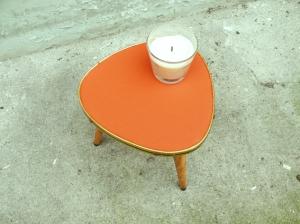 petite-table-tripode-orange-bois-or-pieds-bois-vintage-cerclage-métal