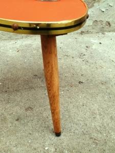 petite-table-tripode-orange-bois-or-pieds-bois-vintage-métal