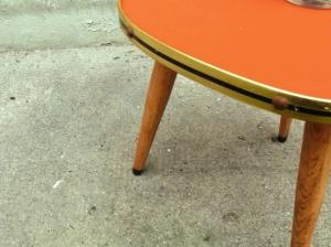 petite-table-tripode-orange-bois-or-pieds-bois-vintage