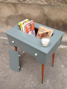 table-machine-à-coudre-rénovée-vintage-rangement-livres