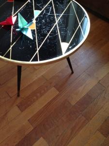 table-tripode-70-vintage-noire-losange-or-tripode-jaune