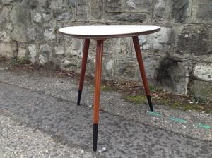 table-tripode-grise-années-50-vintage-pieds-démontable