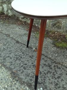 table-tripode-grise-années-50-vintage-repeinte-pieds-fifties-lyon