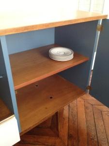 enfilade-détail-vintage-années-50-intérieur-peint-repeint-bleu-blanc-bois