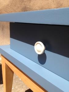 vintage-table-de-nuit-années-50-60-poignées-tiroir-blanc-bleu