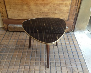 table-basse-salon-vintage-tripode