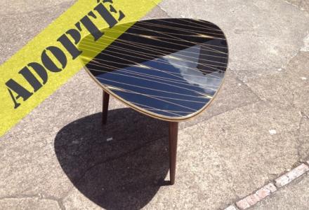 table-vintage-tripode-noir-verre-or-graphisme-années-60-adopte