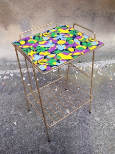 porte-revue-métal-doré-tablette-adopte-un-meuble