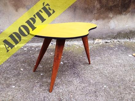 table-tripode-pieds-bois-vintage-moutarde-adopté